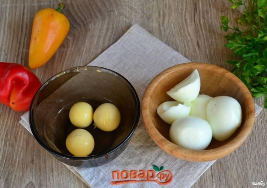 Яйца очистите, отделите белки от желтков.