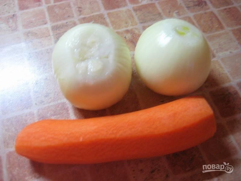 4. Очистите лук и морковь. Лук нарежьте небольшими кубиками, а морковь натрите на терке.