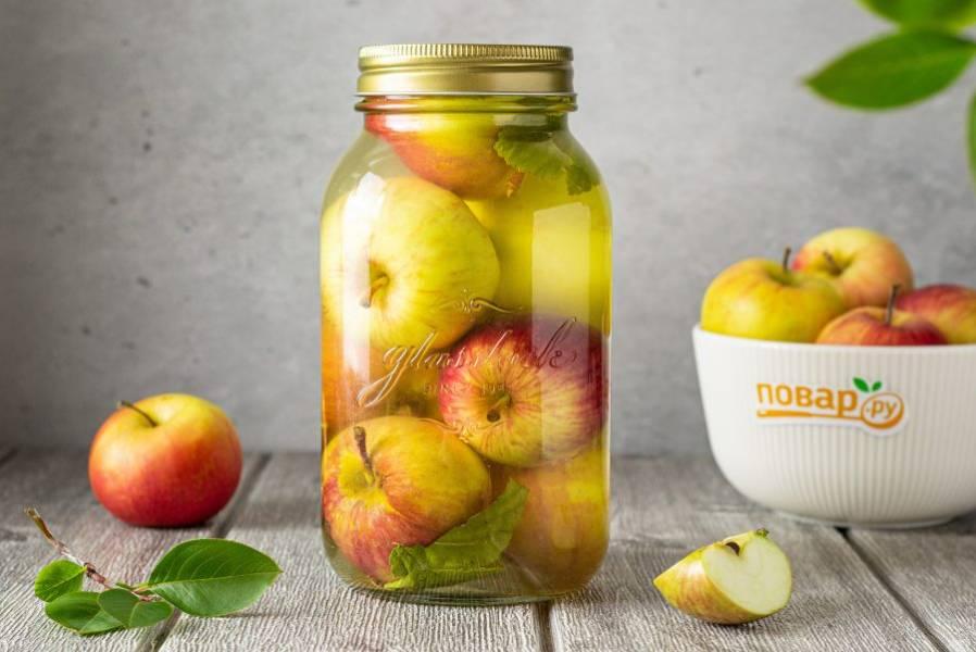 После накройте банку капроновой крышкой и уберите в прохладное место. Полностью готовы яблоки будут через 30 дней.