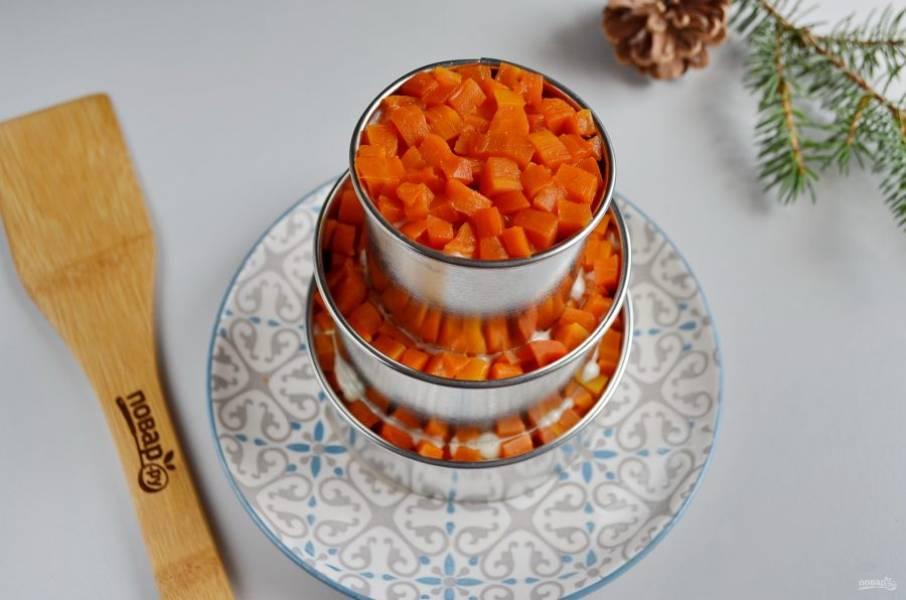 """Установите третье кольцо, повторите все слои. Отправьте салат на 30-40 минут в холодильник, чтобы """"стабилизировать"""" торт."""