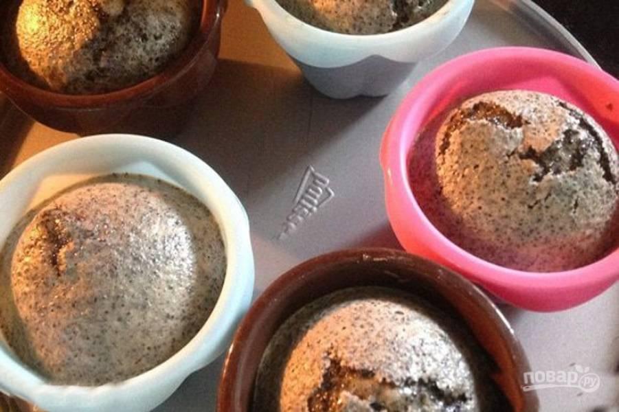"""Выпекайте пирожки в духовке 15 минут при температуре 160 градусов.                            Через 10-15 минут, когда пирожки начнут """"раскрываться"""", откройте духовку и полейте сиропом, буквально по чайной ложечке на каждый. И выпекайте еще 10 минут."""