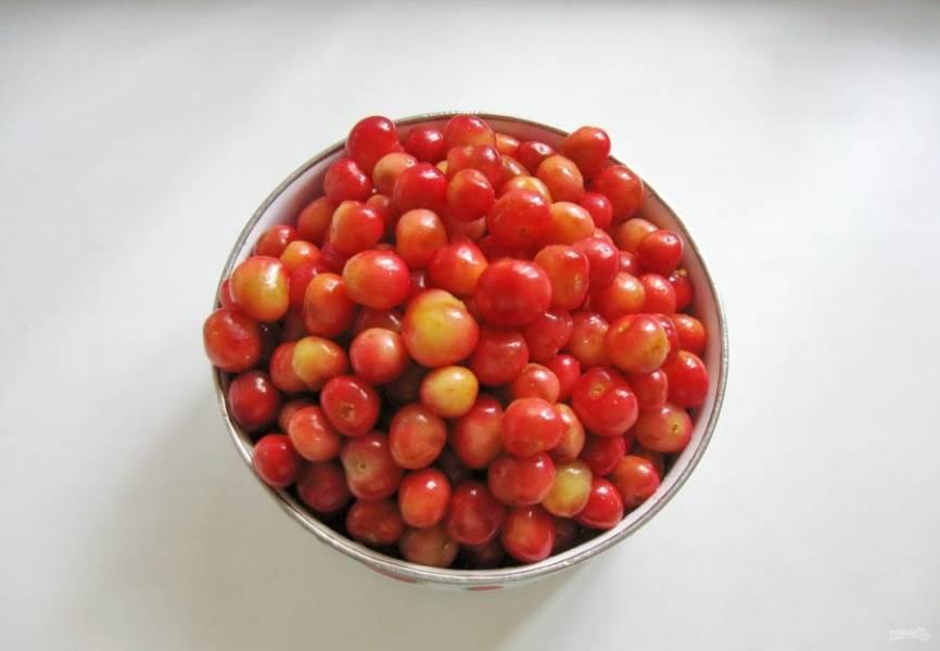 Черешню тщательно помойте, удалите хвостики. Отберите испорченные плоды.