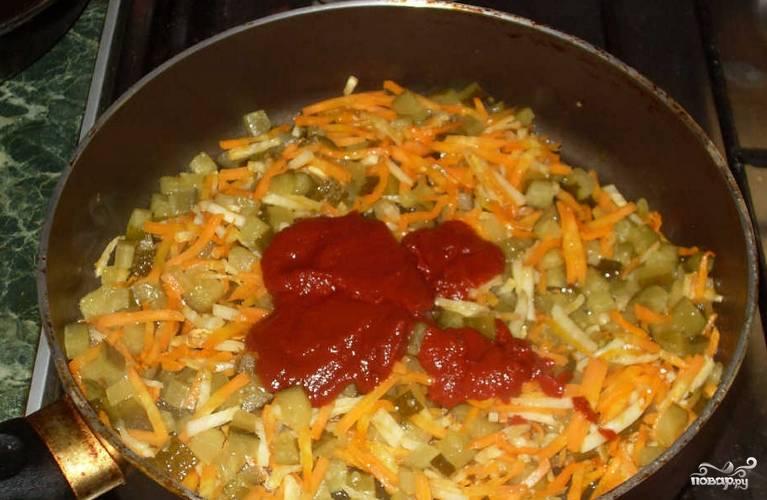 На растительном масле обжариваем сельдерей и морковь с огурцами. Добавляем томатную пасту, тушим 10 минут.