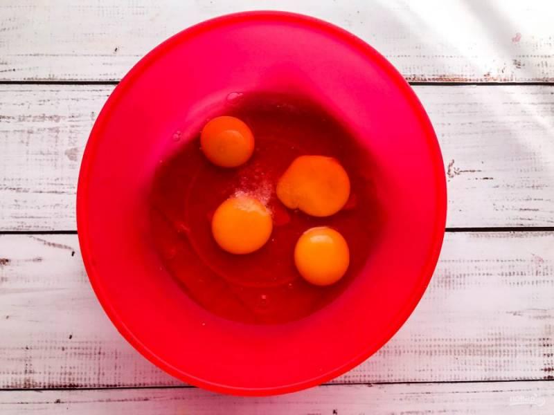 Яйца вбейте в глубокую миску, добавьте щепотку соли и хорошо взбейте.