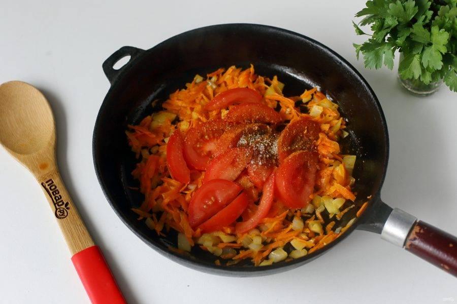 Обжарьте до мягкости и добавьте нарезанный дольками помидор. Можно добавить 1-2 щепотки сахара и любимые специи.