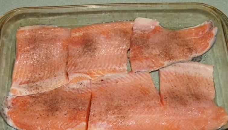 Рыбу очищаем, удаляем кости и нарезаем порционными кусочками. Выкладываем ее в форму, смазанную растительным маслом. Сбрызгиваем соком лимона, солим и перчим по вкусу.