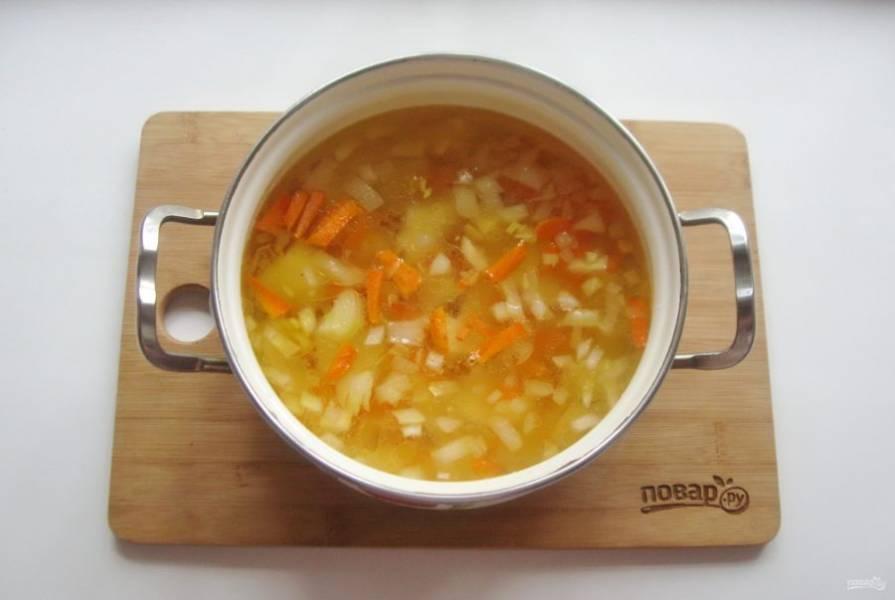 Добавьте морковь с луком в кастрюлю с картофелем и продолжайте варить шурпу.