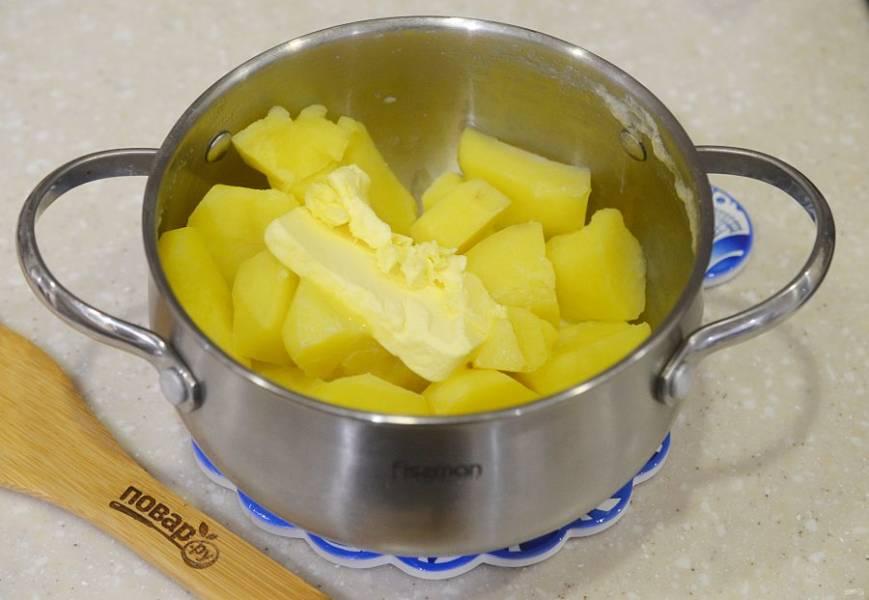 5. Картофель почистите, отварите до готовности, добавьте сливки и масло.