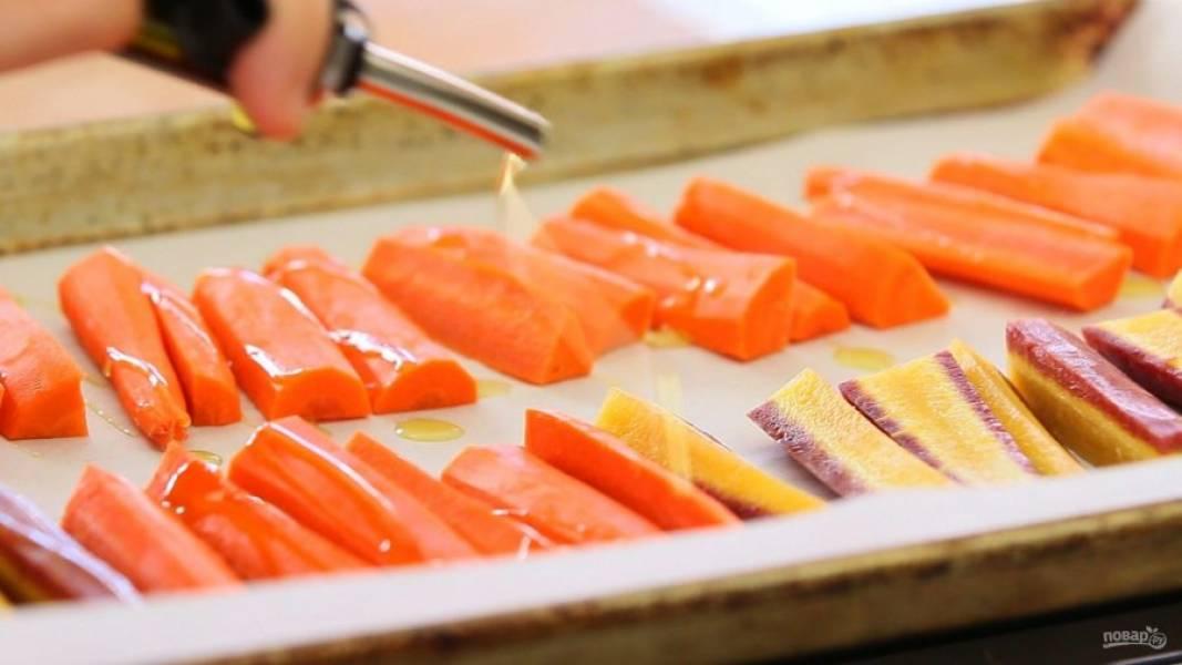 2. Затем переложите овощи на противень. Полейте их маслом, а потом запекайте 30 минут при 200 градусах.