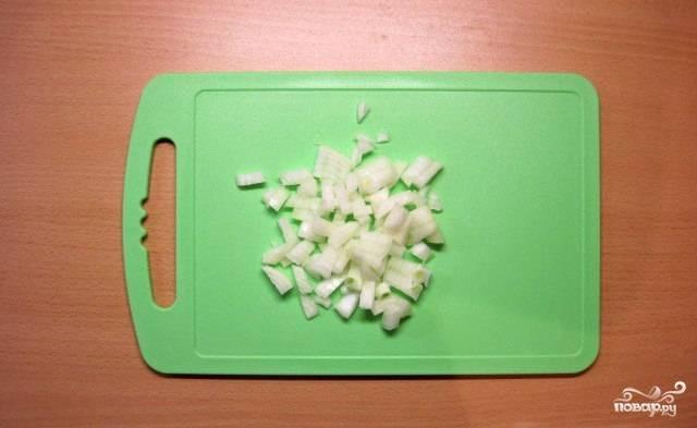 Нарезаем лук мелкими кубиками.