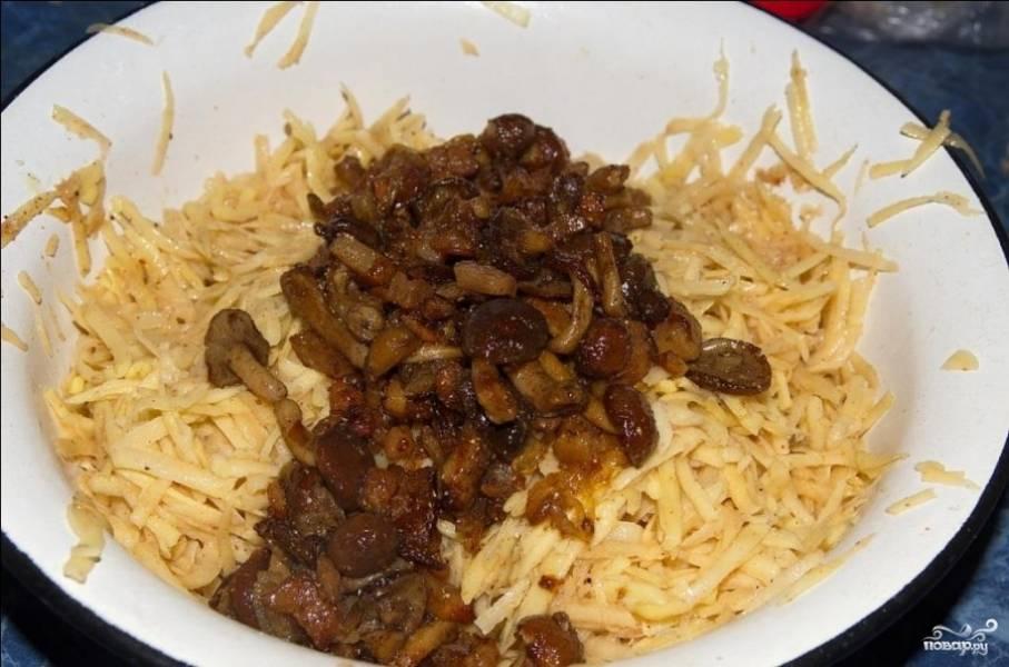 Клубни картофеля очистите и натрите на крупной тёрке. Туда же выложите грибы с луком, муку, куриное яйцо. Посолите и поперчите по вкусу. Всё хорошо перемешайте.