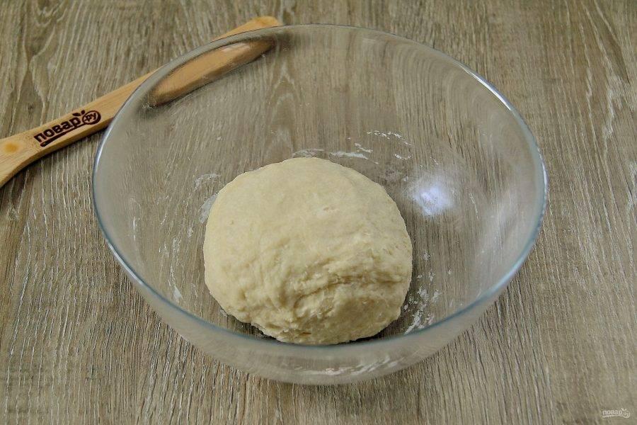 Замесите мягкое тесто. Соберите его в шар, накройте и оставьте отдохнуть на 15-20 минут.