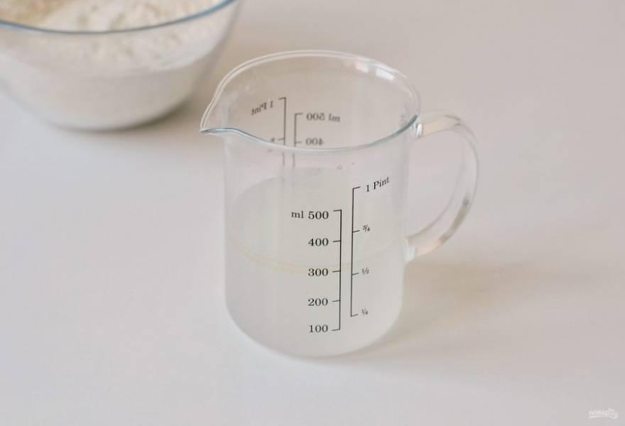 В теплой воде растворите соль и сахар. Добавьте растительное масло.