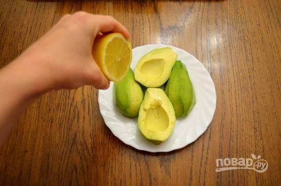Очистим авокадо и сбрызнем лимонным соком.