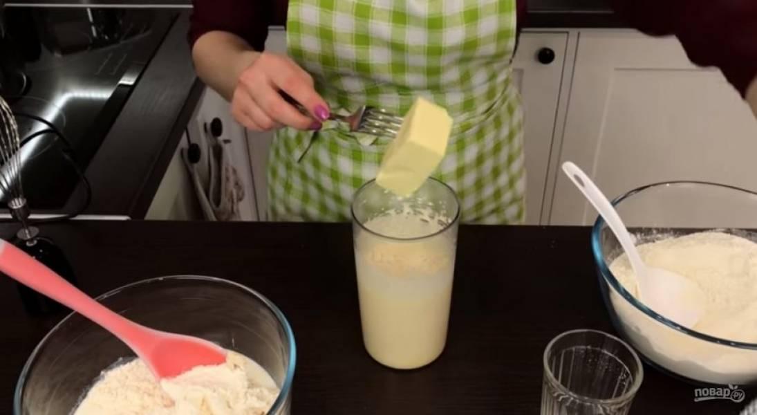 2. Постепенно добавьте 500 грамм муки и оставшееся молоко. Яйца (1 желток отложите) взбейте с сахаром в течение 3-4 минут, после чего добавьте мягкое сливочное масло и снова хорошо взбейте.