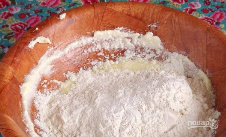 Муку просейте через сито несколько раз. Смешайте ее с разрыхлителем. Добавьте щепотку соли. Переложите сухие ингредиенты к влажным и перемешайте.