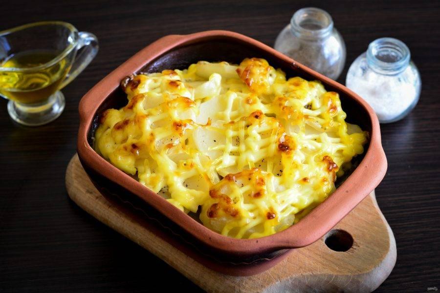 Запекайте свиную лопатку с картофелем в духовке 40-45 минут при температуре 180-190 градусов. Сверху блюдо должно стать румяным и аппетитным.