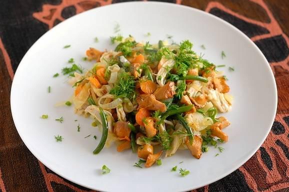 Когда овощи станут достаточно мягкими, выкладываем на сковороду нарезанное на небольшие кусочки мясо курицы, жарим все еще минутку и снимаем с огня. Выкладываем салат на тарелку, посыпаем молотым перцем, при необходимости добавляем соль.