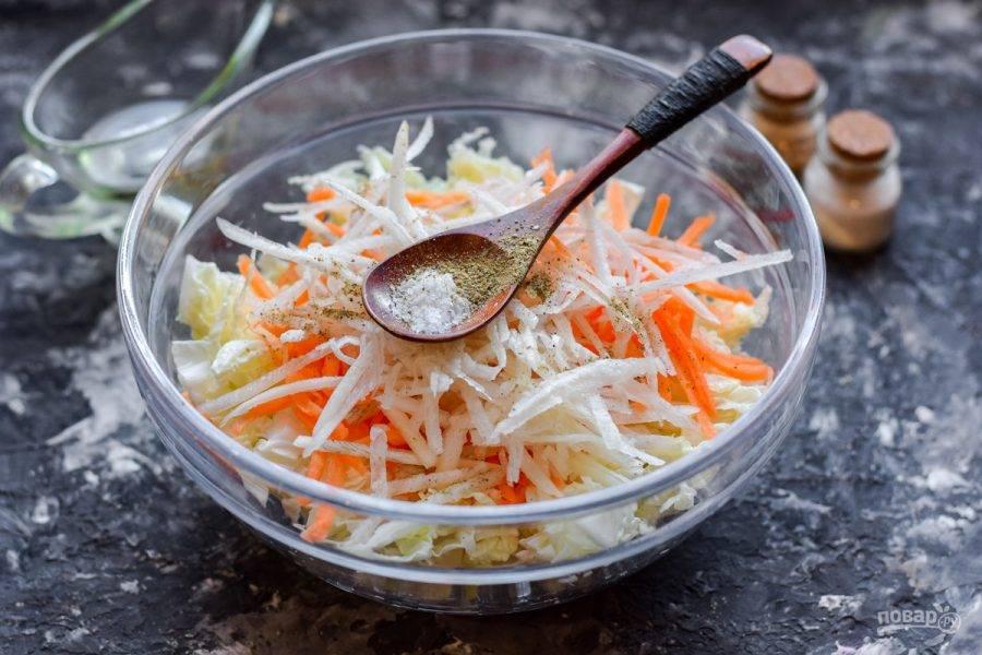 Добавьте в салат соль и молотый перец.