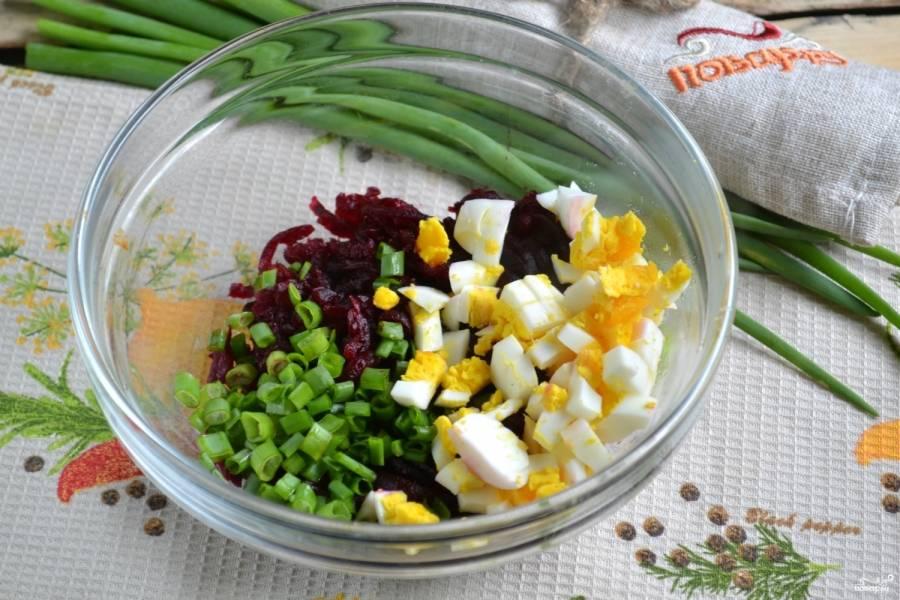 Яйцо очистите и порежьте кубиком, порубите зеленый лук, добавьте все это в миску со свеклой.