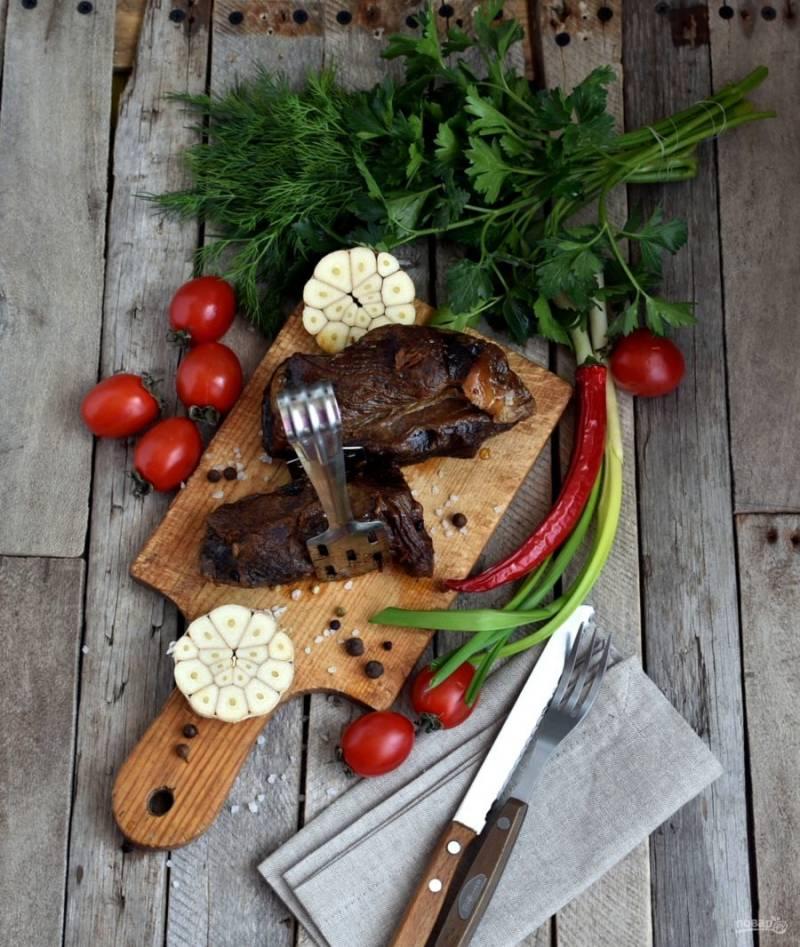 Готовому мясу дайте полежать на доске или блюде 20 минут, прикройте мясо фольгой.