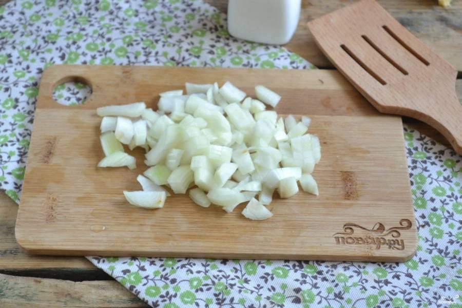 Репчатый лук мелко порубите и добавьте в фарш, также добавьте соль, все хорошенько перемешайте.