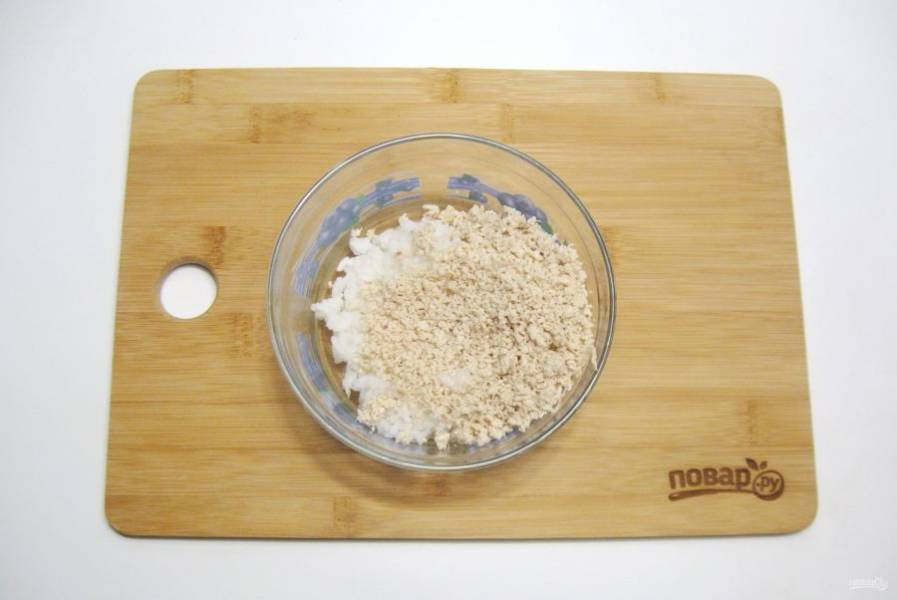 Приготовьте начинку для пельменей. Отварную курицу измельчите любым способом. Добавьте вареный рис.