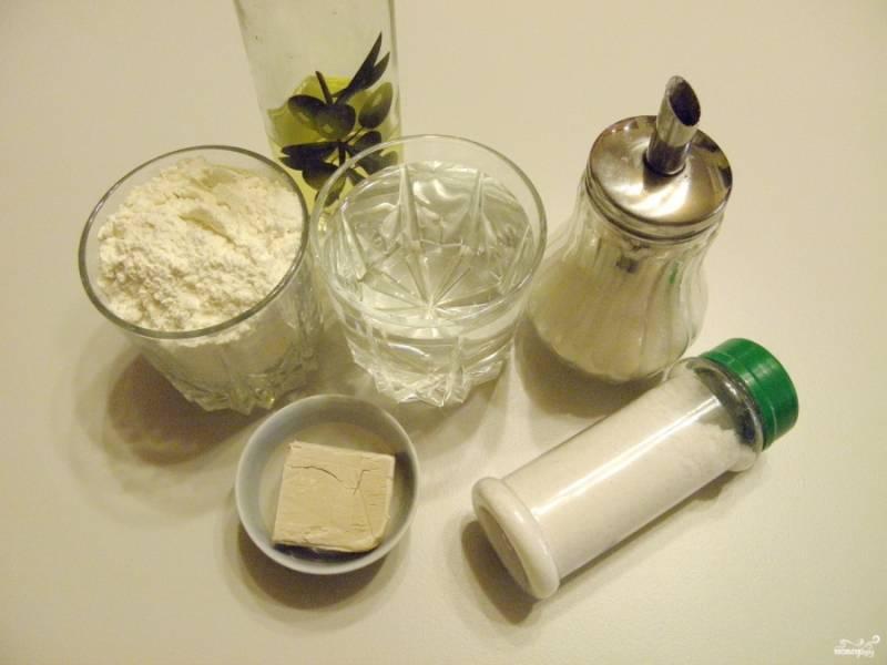 """Подготовьте продукты согласно списку. Вода должна быть достаточно теплой, чтобы в ней """"проснулись"""" дрожжи."""
