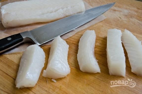 5. Тем временем промойте и нарежьте одинаковыми небольшими кусочками рыбу.
