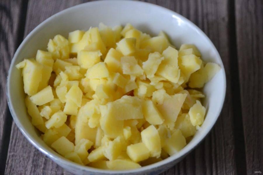 Картофель лучше порезать кубиком, хотя, по желанию, можно натереть на крупной терке.