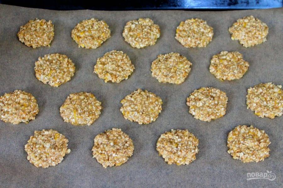 Формируем круглое печенье и выкладываем его на противень, застеленный пекарской бумагой. Запекаем при температуре 180-190 градусов около 12 минут.