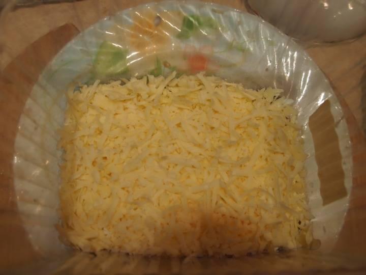 Сверху натрите сыр.
