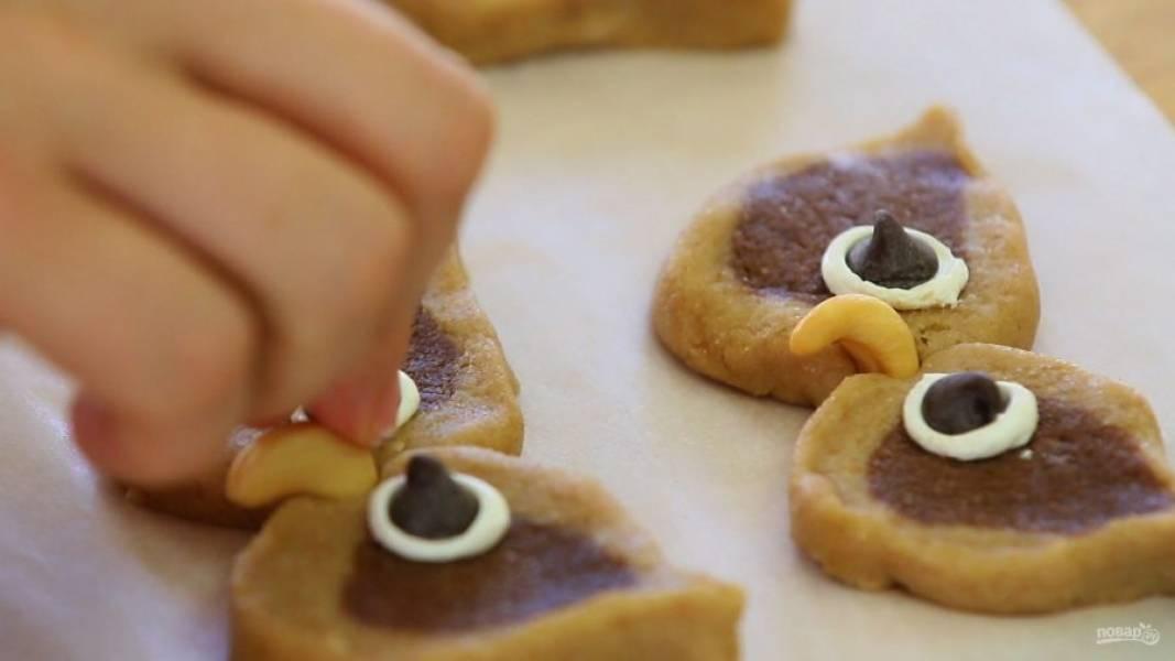 11. В конце сделайте клюв из орешка. Изделия уберите в холодильник на 30 минут.