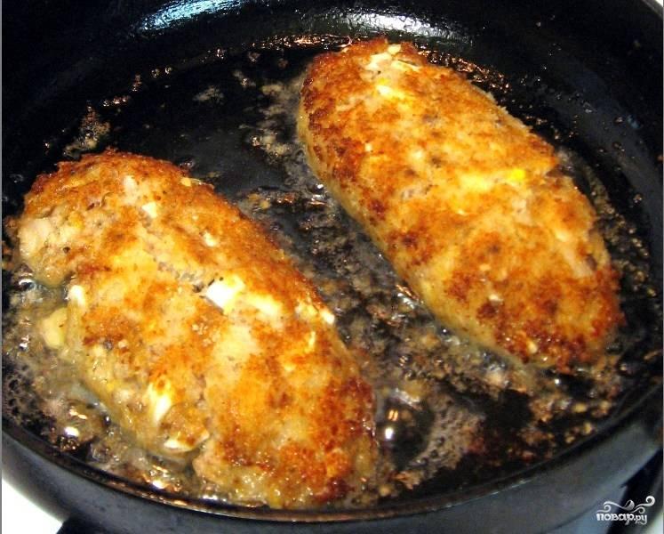 Котлеты лучше кушать, когда они еще горяченькие, поэтому приготовлением гарнира займитесь параллельно с приготовлением котлет. Приятного аппетита!