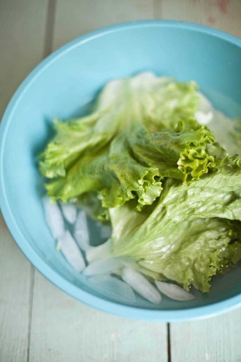 Салат промываем в холодной воде.
