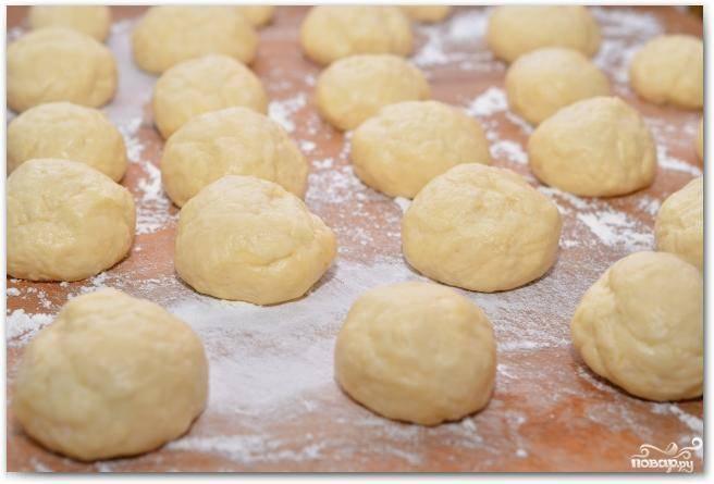 Получившееся тесто делим на равные кусочки - из расчета указанных ингредиентов, должно получиться около 20 частей. Формируем из этих частей шарики.
