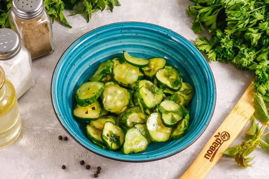 Малосольные огурцы выложите в глубокую емкость: миску или салатник.