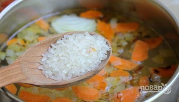 Затем в суп добавьте промытый рис.