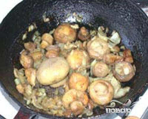 1.В первую очередь очищаем грибы. Затем в сливочном масле на сковороде обжарим грибы. Очищаем лук и нарезаем его мелкими кусочками, добавляем на сковороду к грибам. До готовности грибов и до прозрачности лука обжариваем. Далее промываем и очищаем картофель, каждую картофелину разрезаем на четыре части, и в небольшом количестве подсоленной воды картофель припустить.