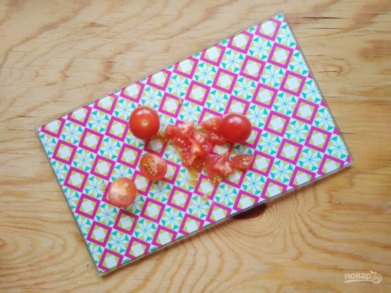 5. Не забудьте нарезать помидоры и лук.