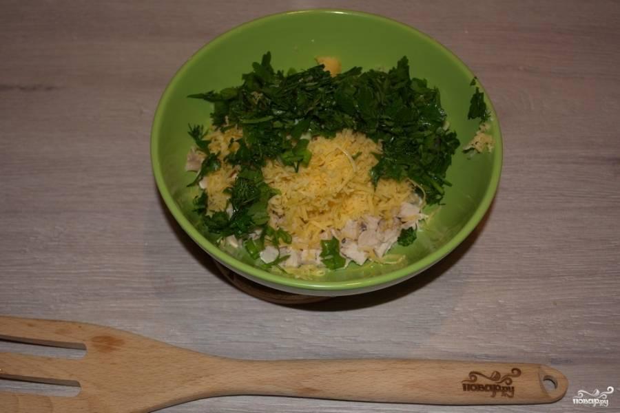 К продуктам добавьте много разнообразной зелени и натрите на мелкой терке чеснок. Смешайте все. Слегка посолите и поперчите.