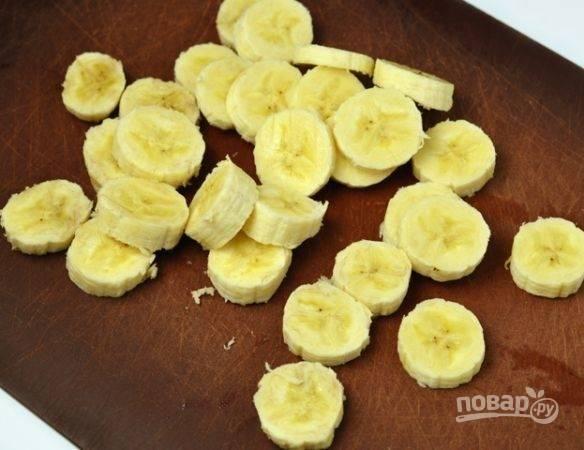 Бананы почистите, нарежьте их кружками.