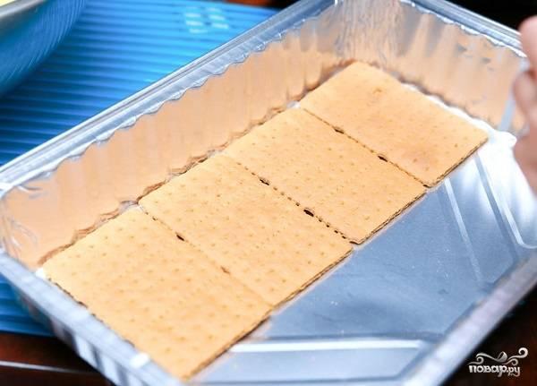 3. Подготовьте удобную форму и выложите на дно ровным слоем печенье. Хочу сразу сказать, что вы можете использовать абсолютно любое печенье, которое вам по душе.