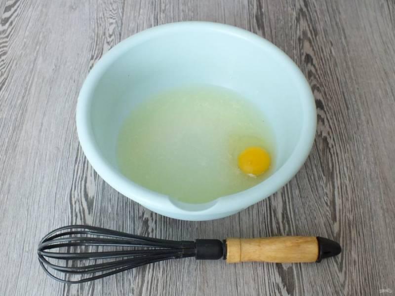 Смешайте в чаше с помощью венчика теплую сыворотку, яйцо, соль, сахар и соду.
