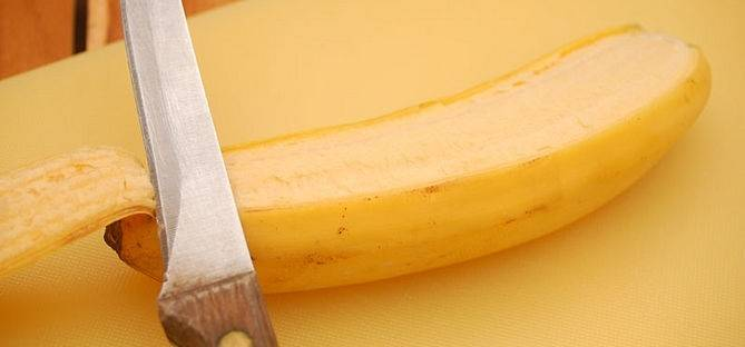 5. Классический рецепт блинчиков со сгущенкой подошел к концу. Слегка остывшие блины полить сгущенкой и можно подавать к столу. Более интересный вариант - это использовать в качестве начинки банан. Его необходимо очистить и разрезать на 2 части.