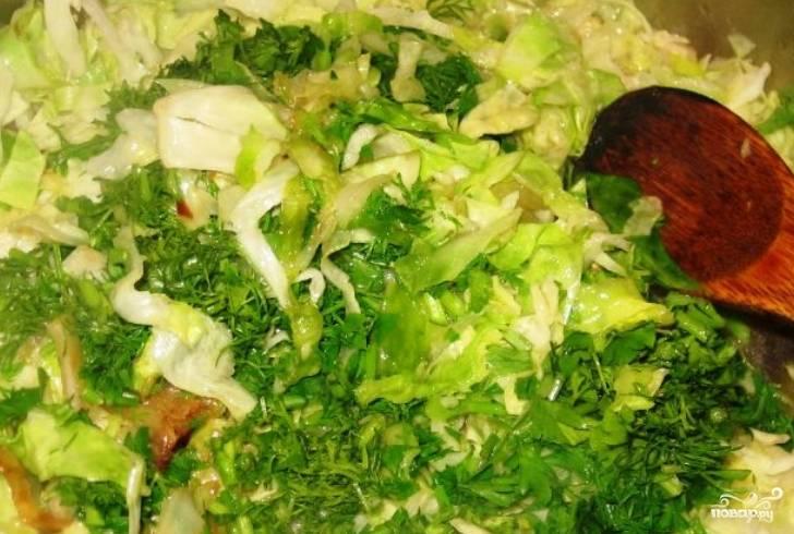 Зелень измельчите и засыпьте на сковороду, перемешайте.