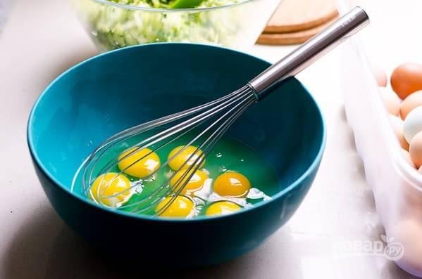 2. В глубокой мисочке взбейте яйца.