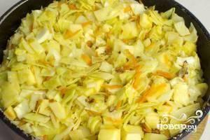 Добавляем картофель в сковороду и обжариваем еще 3-4 минуты.