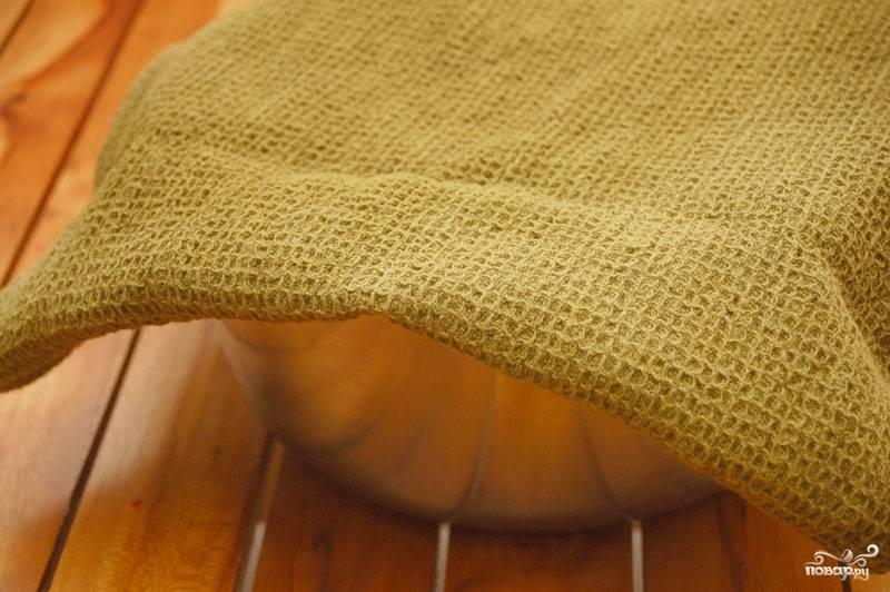 Накройте тесто полотенцем и оставьте в сухом и тёплом месте на полчаса.