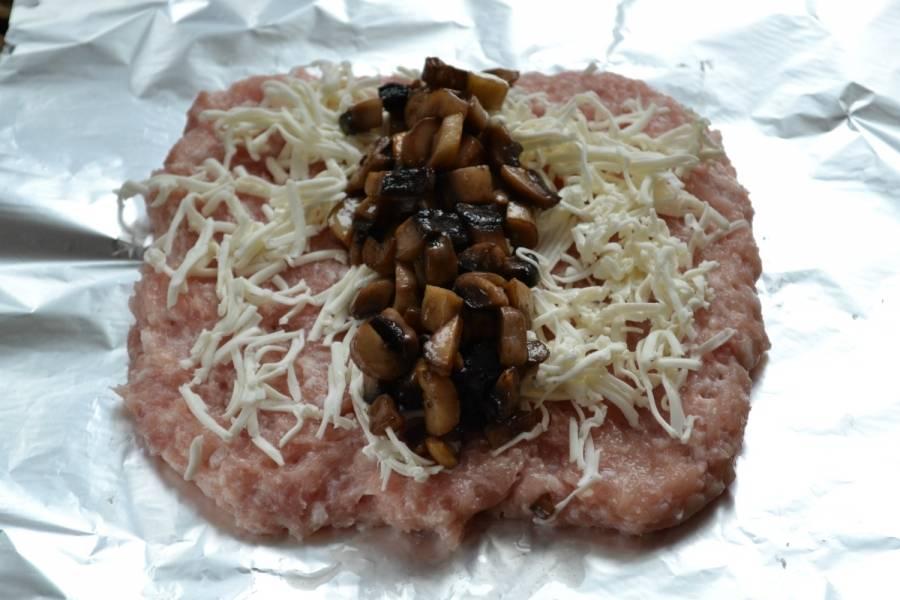 На середину мяса выложите дорожку из жареных грибов.
